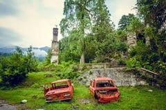 被放弃的开采的鬼魂镇Jantuha,阿布哈兹 被毁坏的空的房子 免版税图库摄影
