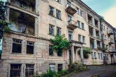 被放弃的开采的鬼魂镇Jantuha,阿布哈兹 被毁坏的空的房子 图库摄影