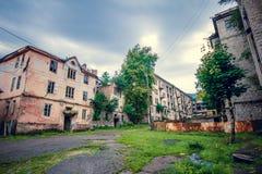被放弃的开采的鬼魂镇Jantuha,阿布哈兹 被毁坏的空的房子 免版税库存照片
