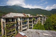 被放弃的开采的鬼魂镇Polyana,阿布哈兹 被毁坏的空的房子 图库摄影