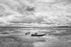 被放弃的当地泰国样式木头小船 免版税库存照片