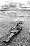 被放弃的当地泰国样式木头小船 图库摄影