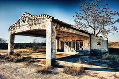 被放弃的得克萨斯后面路加油站 库存图片