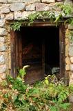 被放弃的房子入口 库存照片