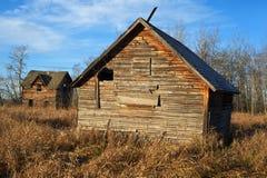 被放弃的房子和谷仓秋天的 免版税库存照片