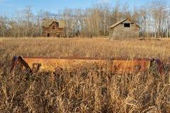 被放弃的房子和谷仓秋天的 免版税库存图片