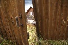 被放弃的房子在乡下在秋天。风格摄影 免版税库存照片