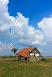 被放弃的房子在匈牙利沙漠 免版税图库摄影