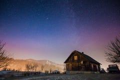 被放弃的房子在山的晚上 图库摄影