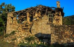 被放弃的房子在村庄Dyadovtsi,保加利亚 库存照片