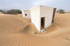 被放弃的房子在沙漠 库存图片