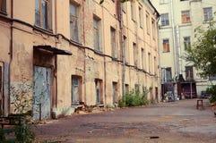 被放弃的房子在莫斯科的中心 免版税库存图片