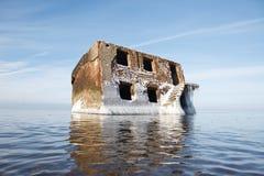 被放弃的房子在水中 库存照片