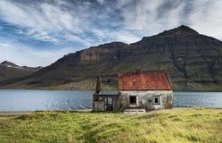 被放弃的房子在Seydisfjordur,东冰岛 免版税库存照片