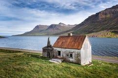 被放弃的房子在Seydisfjordur,东冰岛 免版税库存图片