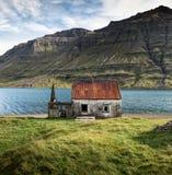 被放弃的房子在Seydisfjordur,东冰岛 库存照片