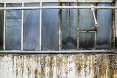 被放弃的房子窗口和难看的东西墙壁 免版税库存照片