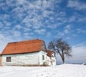 被放弃的房子老冬天 免版税库存图片