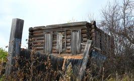 被放弃的房子老木 免版税库存图片