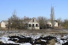 被放弃的房子 幼儿园老结构  在Th的冬天 免版税库存照片