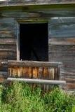 被放弃的房子细节; 被风化的木墙壁 免版税库存图片