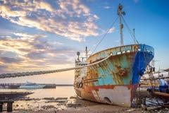 被放弃的打破的船 免版税库存图片