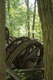 被放弃的抽油装置通过树 图库摄影