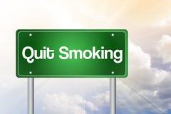 被放弃的抽烟的绿色路标 皇族释放例证