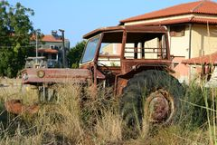 被放弃的拖拉机在Afytos 免版税图库摄影