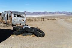 被放弃的拖车在沙漠 免版税库存图片