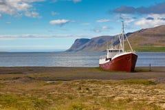 被放弃的捕鱼船在冰岛 免版税库存照片