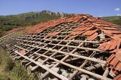 被放弃的损坏的房子屋顶 免版税库存图片