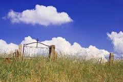 被放弃的教会坟园 免版税库存图片