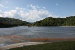 被放弃的教会毒性溢出湖 免版税库存照片
