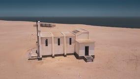 被放弃的教会鸟瞰图在纳米比亚沙漠 安格斯 图库摄影