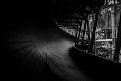 被放弃的无舵雪橇轨道通过森林曲折前进它` s方式 库存照片
