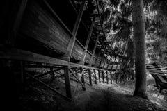 被放弃的无舵雪橇轨道通过森林曲折前进它` s方式 库存图片