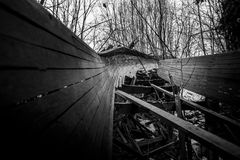 被放弃的无舵雪橇轨道通过森林曲折前进它` s方式 免版税库存图片