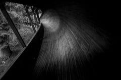 被放弃的无舵雪橇轨道通过森林曲折前进它` s方式 图库摄影