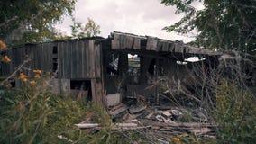 被放弃的木大厦在城市的郊区 老被放弃的贫民窟 默示录的大气 股票录像