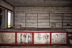 被放弃的木头被围住的商店 库存图片
