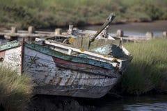被放弃的木小船 库存图片