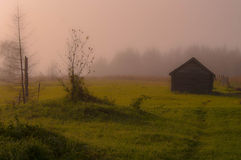 被放弃的木房子 免版税库存照片