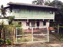 被放弃的木房子 免版税图库摄影
