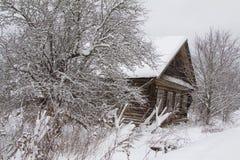 被放弃的木房子 库存照片