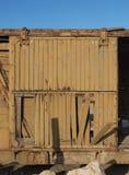 被放弃的木火车的残破的门 免版税库存图片