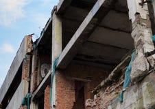 被放弃的未完成的大厦 不负责任的态度的例子对建筑的 免版税库存照片