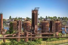 被放弃的机器和存储单元在天然气产业在气体wo 免版税库存照片