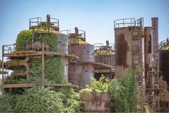 被放弃的机器和存储单元在天然气产业在气体wo 免版税库存图片