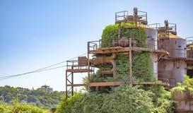 被放弃的机器和存储单元在天然气产业在气体wo 免版税图库摄影